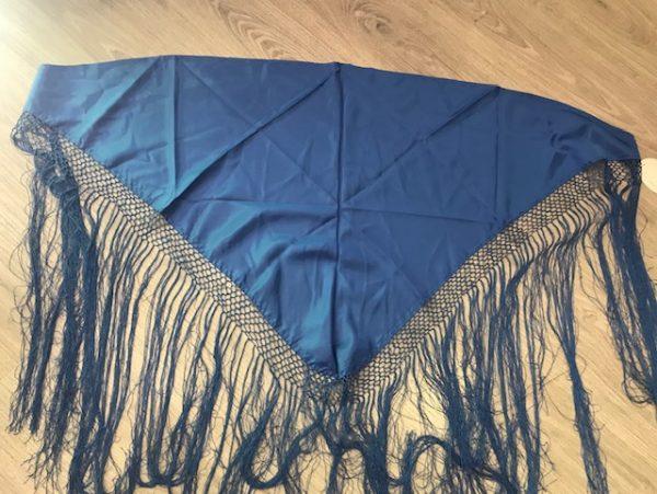 Manton pico huertana en color azul para niña confeccionado en raso y flecos cosidos a mano