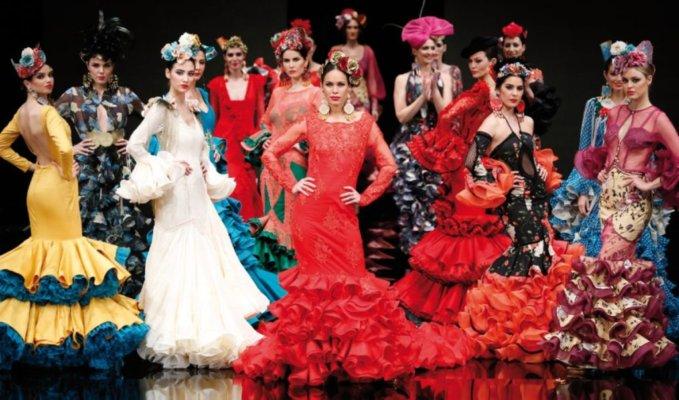 Moda flamenca Simof 2019. Entra y descubre las tendencias y propuestas de los diseñadores para este año. Escotes, mantoncillos, lazos y flores flamencas.
