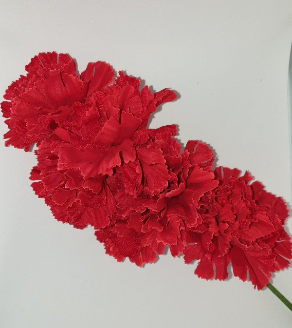 Ramillete de claveles para flamenca en colores vivos para colocar en el pelo