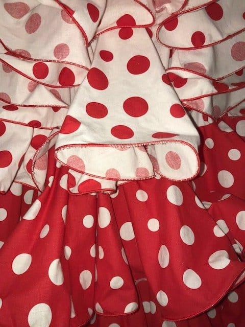Falda flamenca roja con lunares encontrados grandes y llamativos con cintura alta