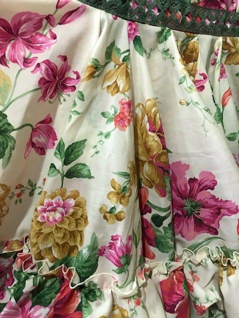 Falda canastera con flores preciosas de varios colores sobre fondo beige muy combinable con cualquier camisa