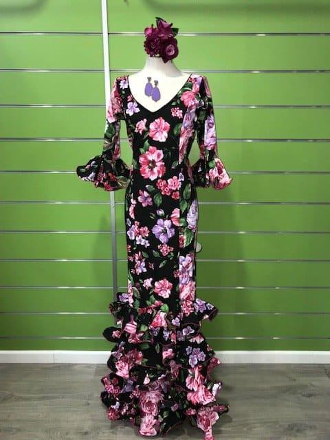 Traje flamenco talla 40 negro con preciosas y llamativas flores en malva y fucsia, un modelo de vestido clásico pero con estampados que enamoran!!!