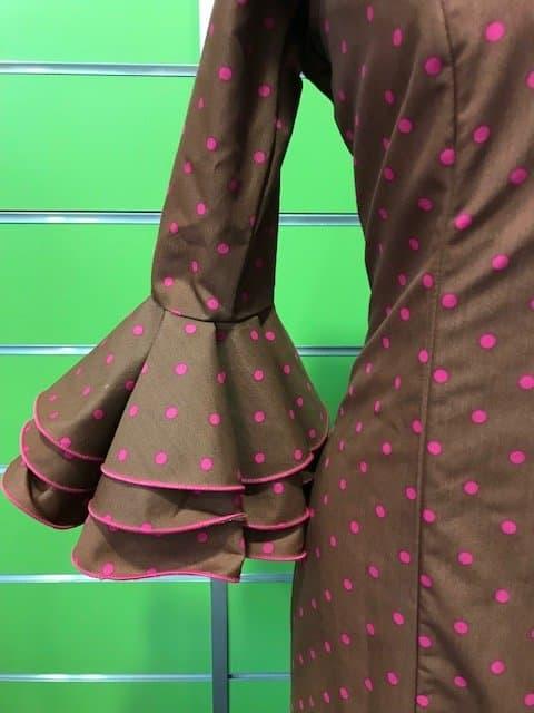 Traje de flamenca canastero en color chocolate y lunar pequeñito en color fucsia de la talla 38