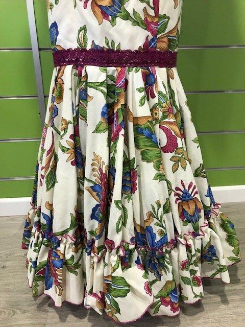 Traje de gitana con flores talla 40 con falda canastera y manga al codo