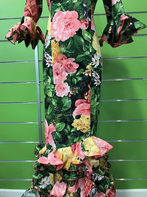 Traje de flamenca con flores de la talla 40 en tonos verdes y flores mostaza y rosa