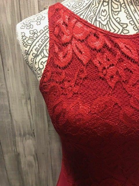 Maillot rojo con el cuerpo de encaje elástico del mismo color con tirante ancho precioso