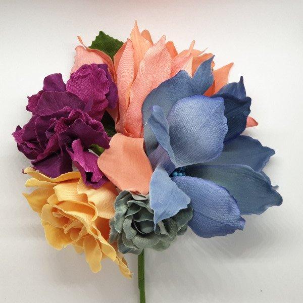 Ramillete de flores para flamenca con surtido de flores diferentes en color y tamaño