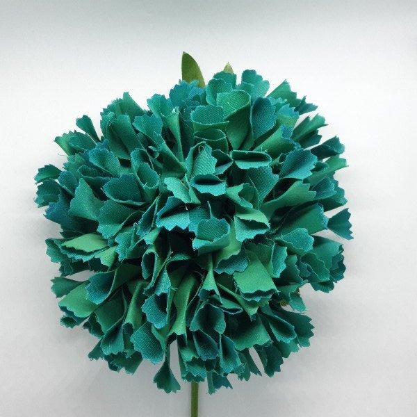 Flor de flamenca Geranio redonda y de tela con tallo y dos hojas largas