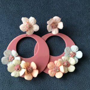 Preciosos pendientes de flamenca con flores adornando su aro y cierre omega