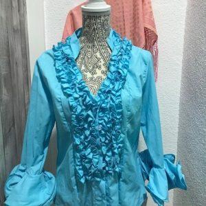 Camisa flamenca celeste con manga al codo y con volantes en ella