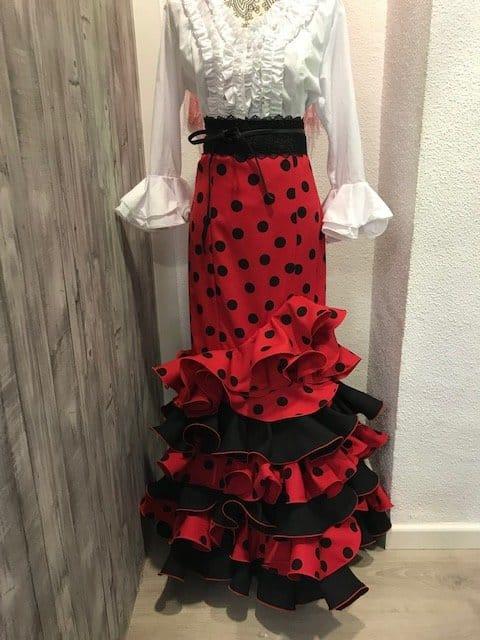 Falda de flamenca roja con lunar negro de tejido streck muy movida para tus bailes