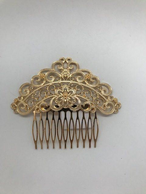 Peinecillo flamenco dorado con formas redondeadas haciendo filigrana y púas largas para enganchar a tu peinado