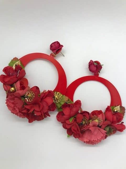 Pendientes de flamenca Macarena con forma de aro y flores del mismo color
