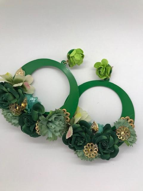 d5cdfb0f0a6d Pendientes de flamenca Macarena con forma de aro y flores del mismo color