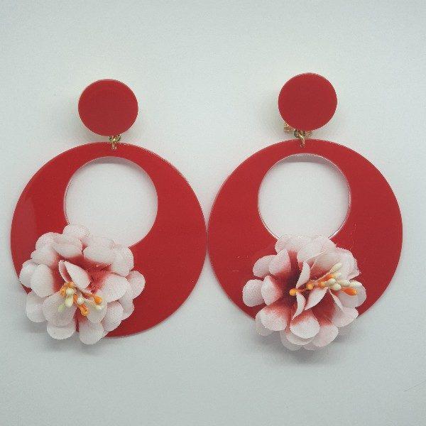Pendientes de flamenca rojos con flor en el aro combinando su color