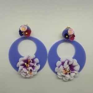 Aros de flamenca lilas con flor combinados a la perfección