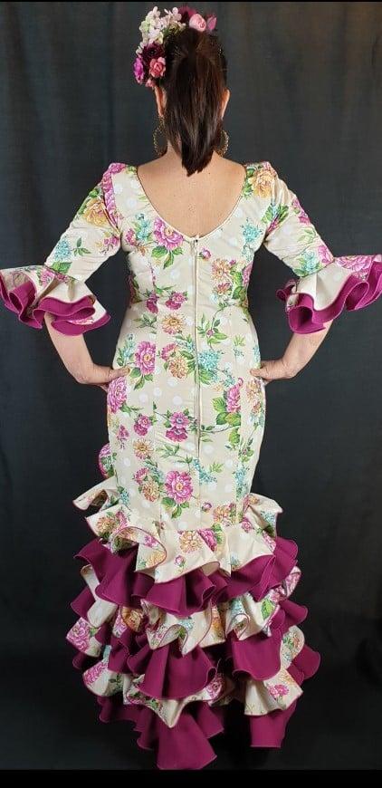 Precioso traje de flamenca Soleá de la talla 44 con flores y lunares en una perfecta combinación