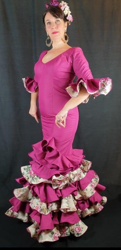 Traje de flamenca talla 44 Rocío en color buganvilla y volantes estampados de flores haciendo juego con el vestido