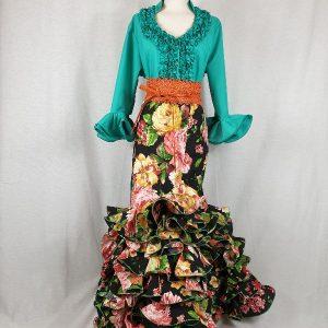 Falda rociera negra con flores de colores y seis volantes de la talla 50