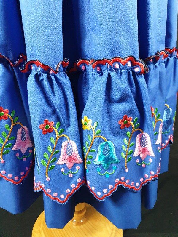 Refajo de verano azulón con bordados en su volante con flores de colores