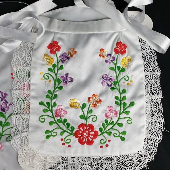 Delantal y pico de huertana para niña blanco bordado en flores de colores