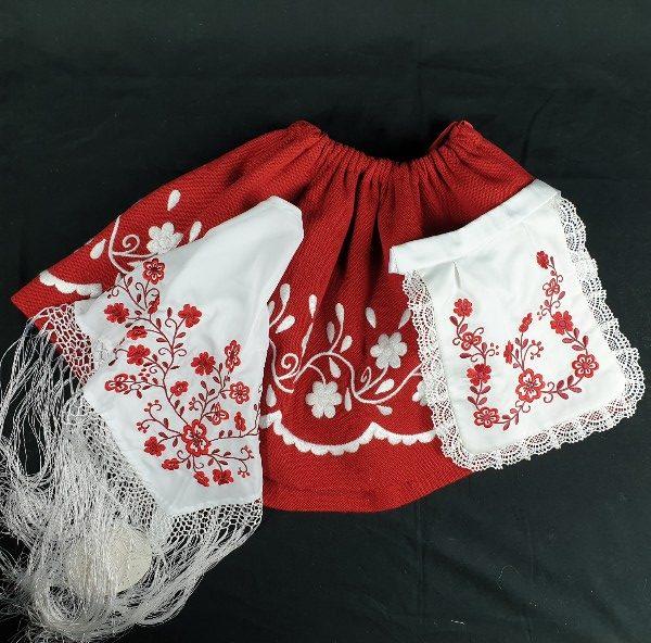 Refajo de huertana rojo para niña bordado en lana blanca