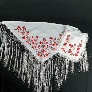 Pico y delantal huertana para niña bordado en color rojo sobre tela blanca