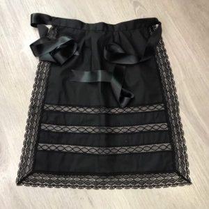Delantal huertana negro para señora confeccionado en hilo y entredos