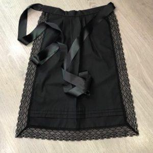 Delantal de huertana para señora en color negro de hilo y puntillas del mismo color