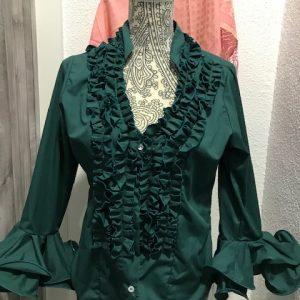 Camisa flamenca verde botella con mangas al codo y garrucha en su pecho
