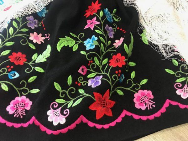 Refajo de huertana negro bordado a maquina con flores de colores precioso