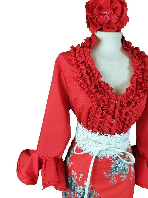 Camisa flamenca roja con mangas al codo y garrucha en su pecho