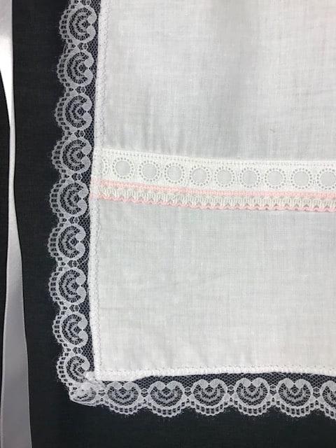 Delantal huertana para niña en color blanco y puntillas a dos colores