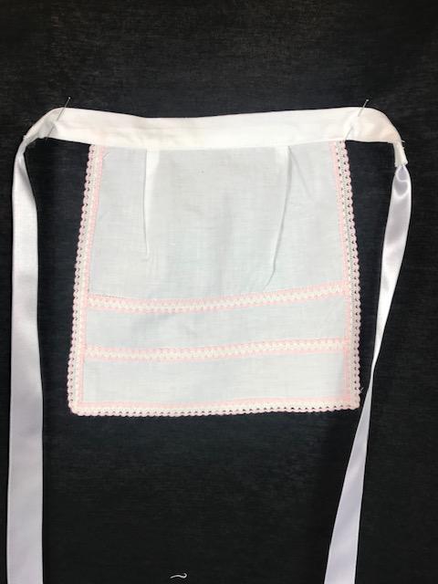 Delantal para huertana bebe en blanco con puntillas rosa