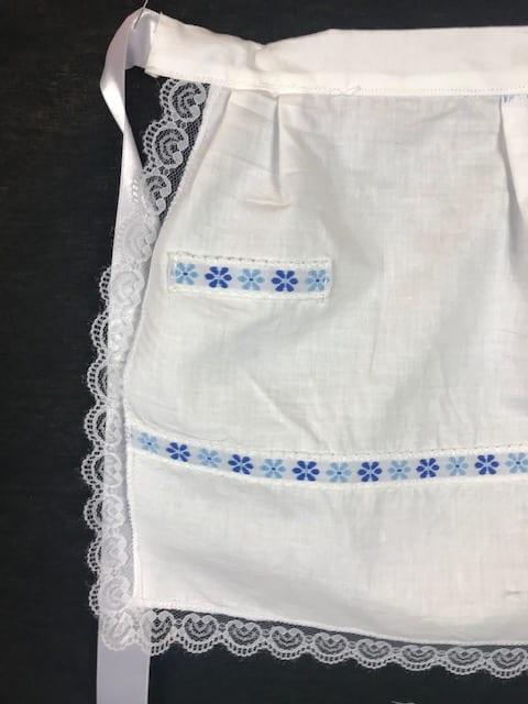 Delantal de huertana niña en blanco con adornos en azul