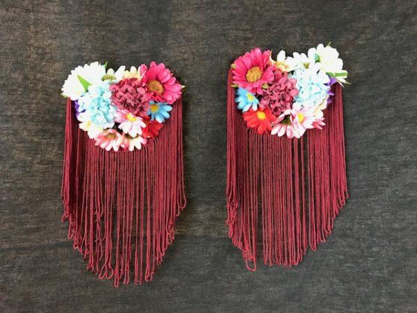 Hombreras flamencas con margaritas de colores y flecos granates para colocar en tu traje de flamenca