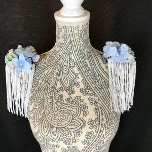 Hombrera flamenca azul con preciosas flores de color azuladas y blancas