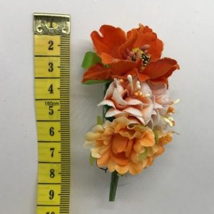 Prendido huertana con flores de colores y alfiler para colocar en el pecho