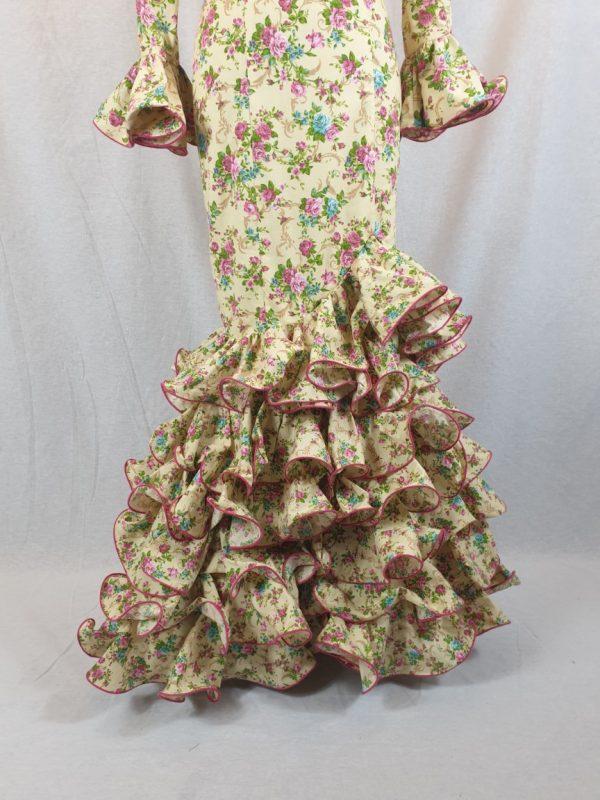 Traje de flamenca con flores y seis volantes en la falda