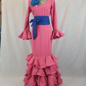 Traje flamenco rosa de tejido streck con cuatro volantes
