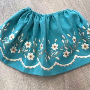 Refajo de huertana para niña azul con flores bordadas