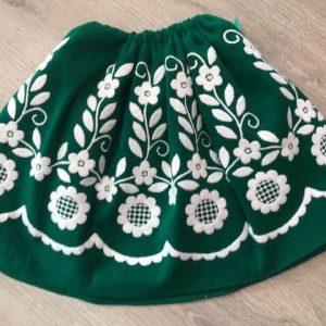 Refajo niña verde con flores bordadas en blanco