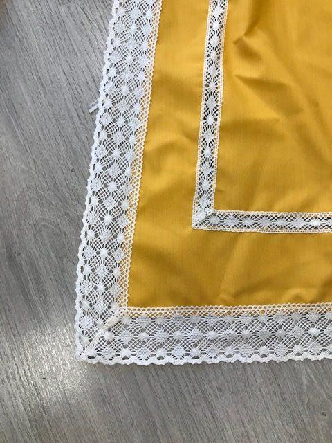 Delantal amarillo huertana entredos con puntillas en blanco