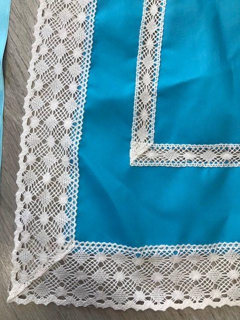 Delantal de huertana turquesa para señora con puntillas blancas