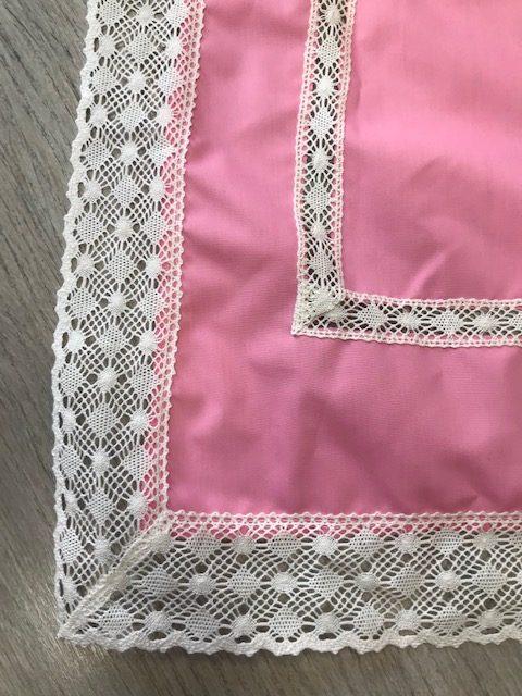 Delantal de huertana rosa con puntillas blancas