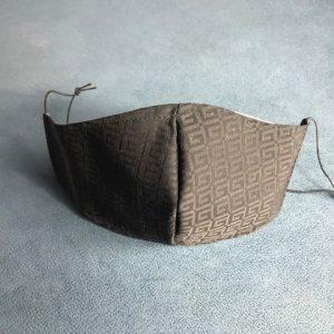 Mascarilla lavable negra en tela con abertura para colocar filtro incluido