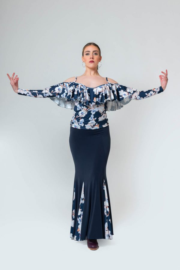 Cuerpo de flamenca con flores de manga larga